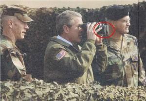 Bush dürbün ile karanlığı gözetliyor, acaba düşman mevkiinde bir aktivite var mı!