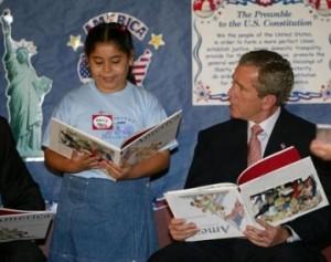 Bush okuyor. Dünya'yı da böyle yönetiyor, tanık olduğunuz üzere.