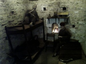Edirne Şükrüpaşa Anıtı'nda bir depo odasında gece modu ile çekilmiştir, ortam gördüğünüzün aynısı ışıktadır, tabi daha net. :)