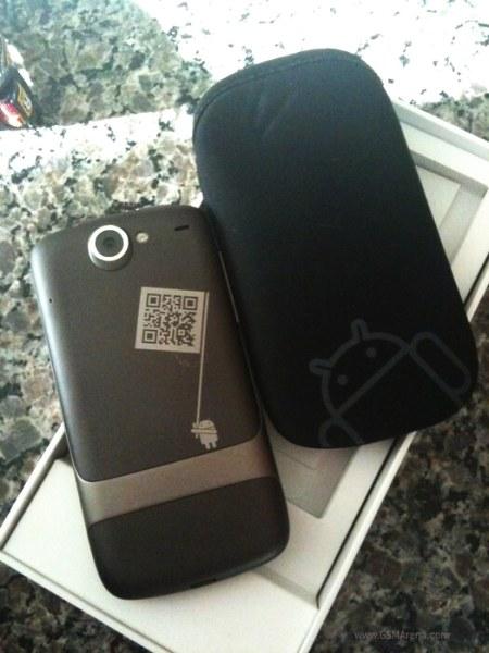Nexus One'ın arkasında ilginç bir Android logosu var.