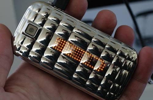 Samsung S5150 Diva'nın kültabağına bnzettiğim arkası. :)