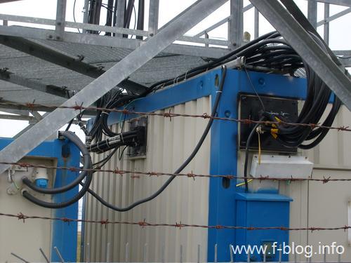 Kabinlerden baz istasyonu antenlerine giden kablolar.