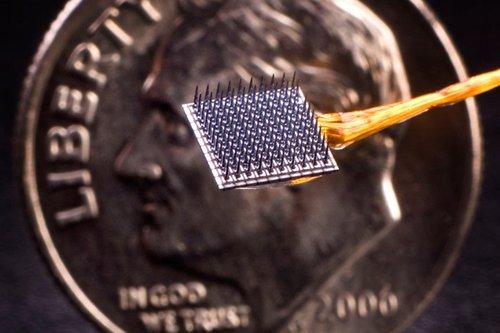 Beyin ile bilgisayar arasındaki bağlantıyı sağlayan implant.