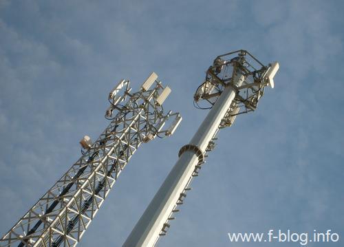 Kafes ve direk biçimi baz istasyonu kuleleri. (Turkcell ve Vodafone)